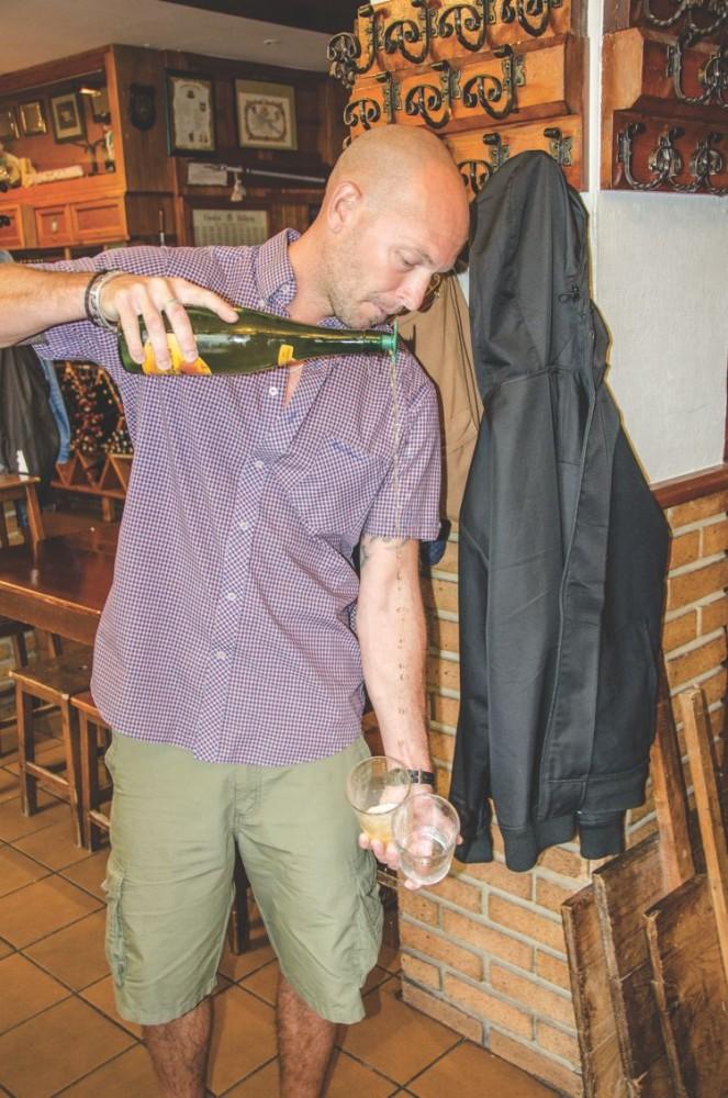 Spanien - San Sebastian matsällskapet Jacob häller upp cider (DSC_2070)