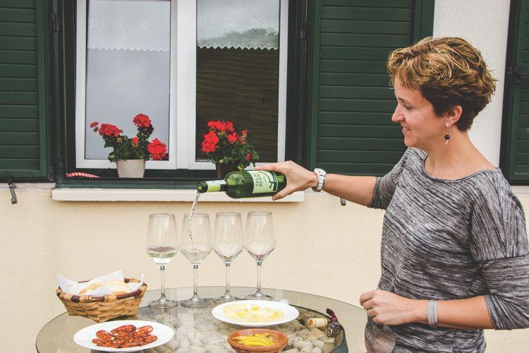 Spanien - Talai Berri ägare med vin och pintxos (DSC_2040)